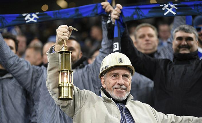 Schalke 2 bin madenciyi tribünde ağırladı, takım logosunu bir maçlığına değiştirdi