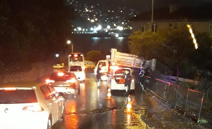 Kaza... Kontrolden çıkan kamyonet bariyerlere çarptı...