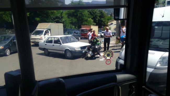 Otomobil ile motosiklet çarpıştı...