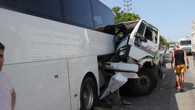 Freni boşalan kamyon kaza yaptı... 7 Yaralı...