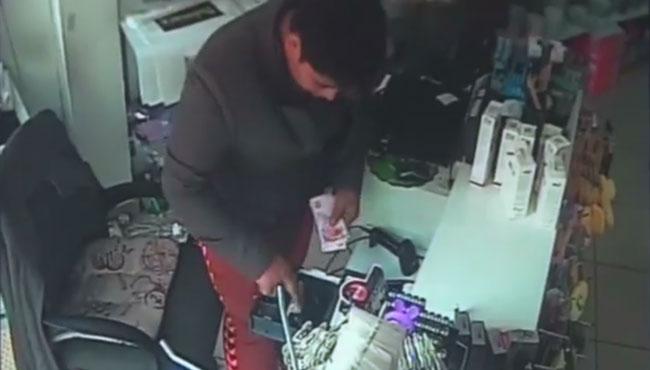 Kasayı boşalttılar... Hırsızların o anları kameralara yansıdı