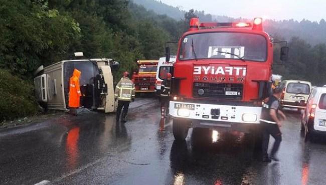 Minibüs devrildi... İki kişi yaralı...