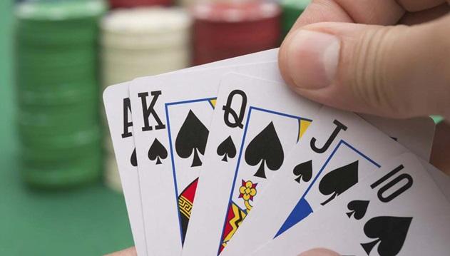 Akdemir poker oynuyor...