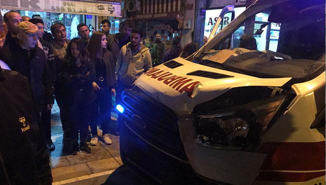 Ambulans ile kamyonet çarpıştı...
