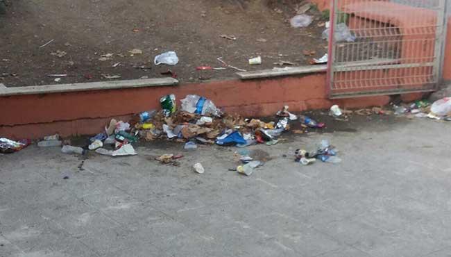 Okul bahçesini çöplüğe çevirdiler...