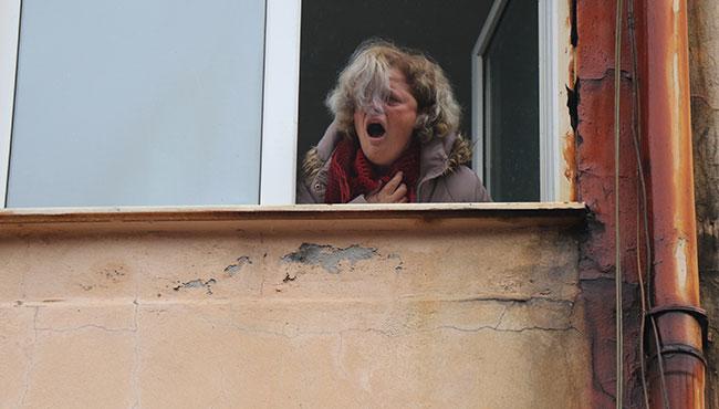 Pencereden çığlık atarak kurtarılmayı bekledi...