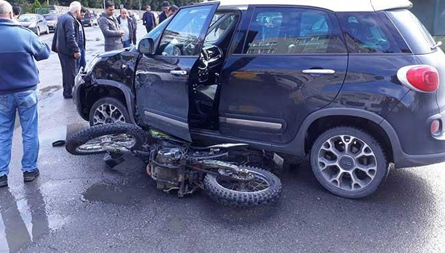 Motosiklet otomobilin altına girdi: 1 yaralı...