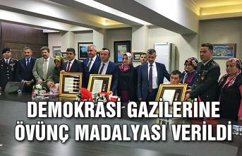 Demokrasi gazilerine övünç madalyası verildi