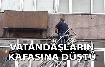 Duvar parçaları vatandaşların kafasına düştü