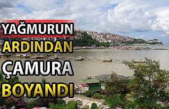 Zonguldak'ta deniz, yağmurun ardından çamur rengine boyandı