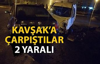 İki araç kavşakta çarpıştı: 2 yaralı