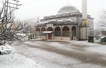 Karapınar köyüne yılın ilk karı yağdı