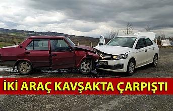 İki araç kavşakta çarpıştı
