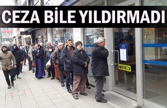 Zonguldak'ta 65 yaş ve üstü vatandaşlar bankaların önünde uzun kuyruklar oluşturdu.