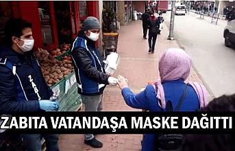Zabıta vatandaşa maske dağıttı