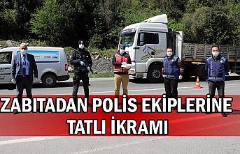 Zabıtadan polis ekiplerine tatlı ikramı