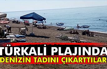 Türkali Plajında denizin tadını çıkarttılar