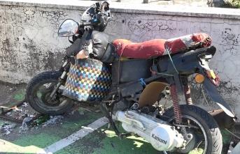 Motosiklet kamyona çarptı