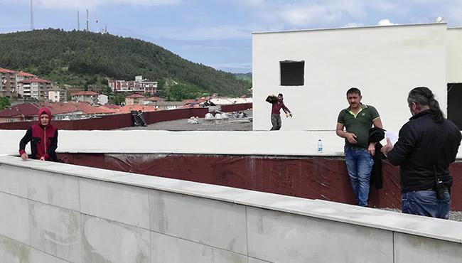 Bin 500 TL borç için çatıya çıktı, Valiyi çağırdı