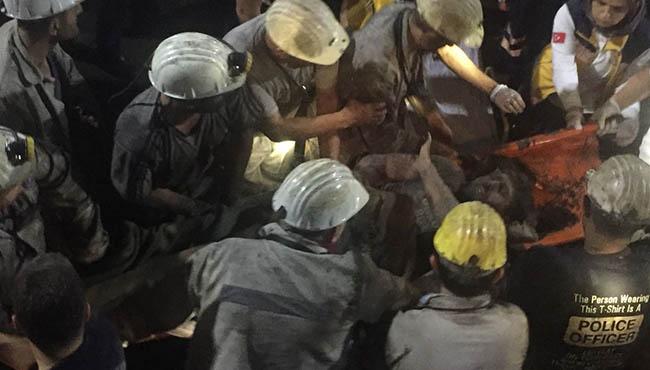 Mucize kurtuluş: 2 işçi göçükten çıkartıldı... İşte o anlar