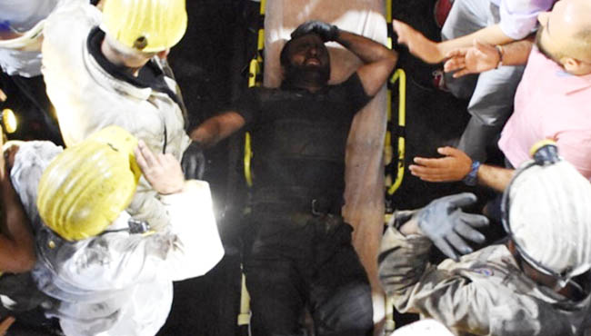 Yaralı işçi madenden böyle çıkartıldı