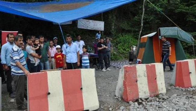 İşten çıkarılan maden işçilerine ailelerinden destek