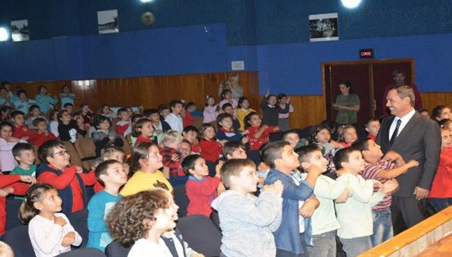 Uysal, Öğrencilerle tiyatro izledi