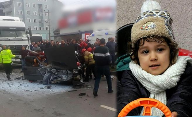 Otomobil TIR'a çarptı: Minik Efe öldü...
