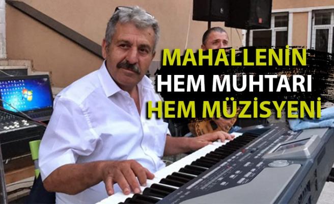 O, mahallesinin hem muhtarı, hem müzisyeni