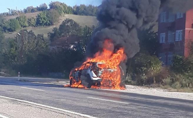 Lüks araç yangını güvenlik kamerasında
