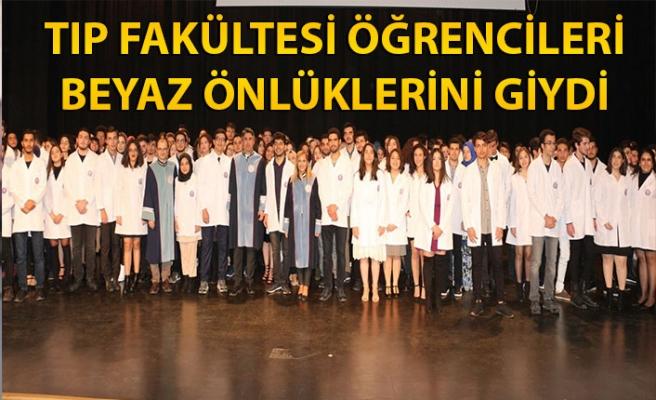 Tıp fakültesi birinci sınıf öğrencileri beyaz önlüklerini giydi