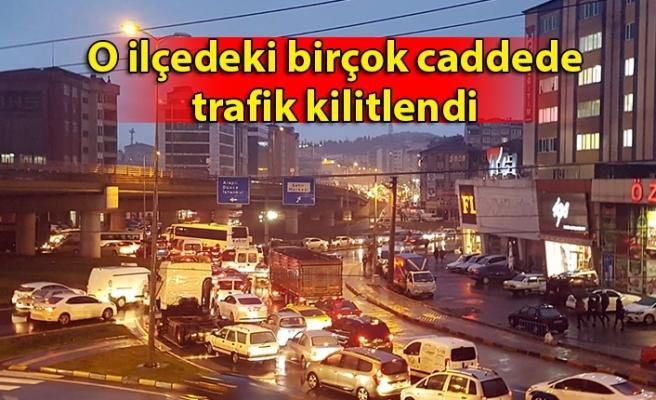 O ilçedeki birçok caddede trafik kilitlendi