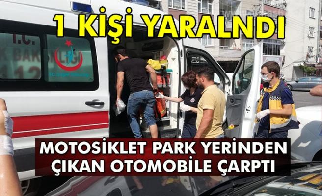 Motosiklet park yerinden çıkan otomobile çarptı. Yaralı var