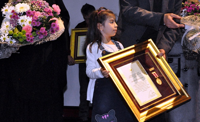 Henüz 7 yaşında... Şehit babasının madalyasını aldı...
