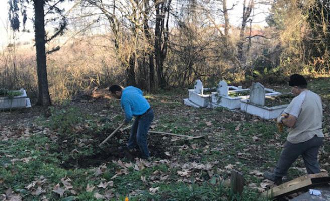 52 yıldır mezar kazıyor...