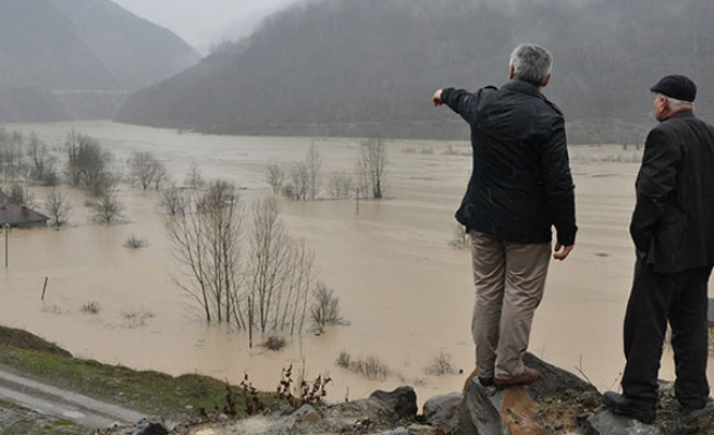 Baraj suları yükseldi, yol sular altında kaldı...