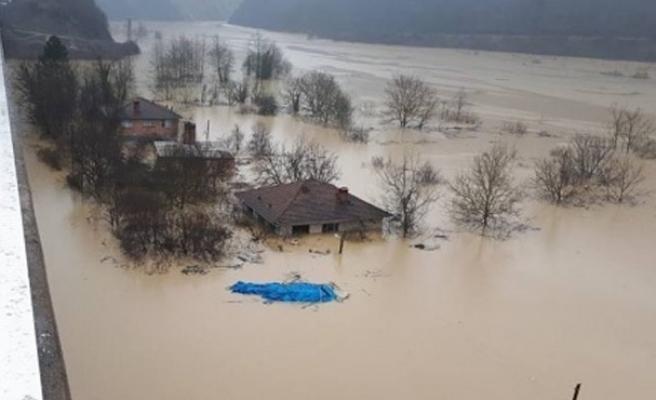 Baraj suları yükseldi, 300 kişiye ulaşılamıyor...