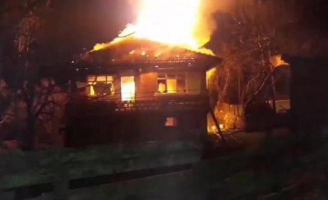 İki katlı ev alev alev yandı...