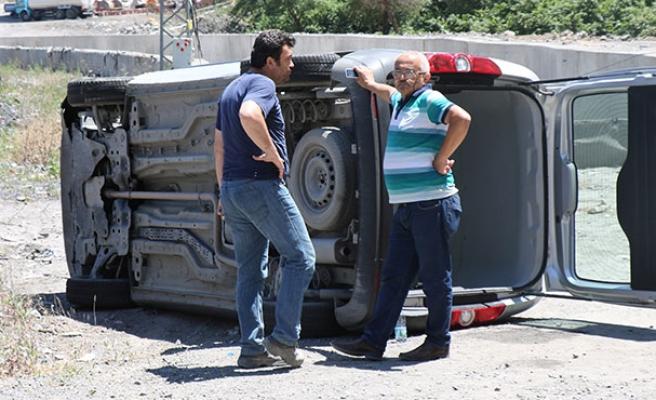 Kaza yaptığı aracından ayrılamadı