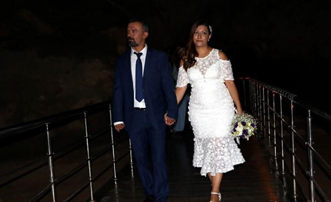 Mühendis çift, mağarada nikah kıydı