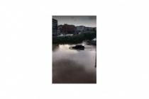 Ereğli'de otomobilini sel suyuna sokan sürücü zor kurtuldu