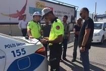 Zonguldak'ta minibüs virajı dönerkenönündeki araca çarptı
