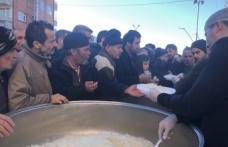 Belediye Başkan Adayı vatandaşa pilav dağıttı...