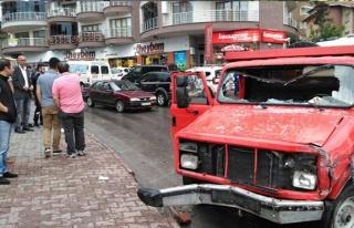 Otobüs bekliyordu, kamyonun altında kaldı...