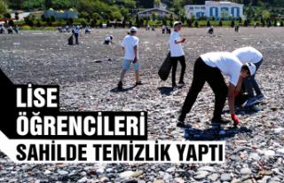 Lise öğrencileri sahilde temizlik yaptı...