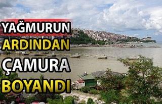 Zonguldak'ta deniz, yağmurun ardından çamur...
