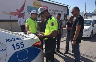 Zonguldak'ta minibüs virajı dönerkenönündeki...