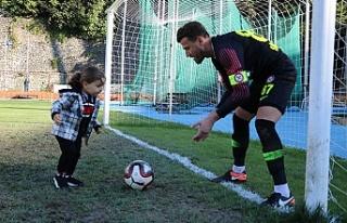 Maçta yemediği golü oğlundan yedi!