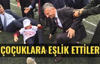 Vali Bektaş ve Belediye Başkanı Alan, sokak oyunlarına...