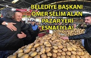 Belediye Başkanı Ömer Selim Alan pazar yeri esnafı...